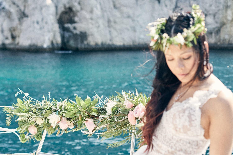 Mariée avec une couronne de fleur dans les calanques de Cassis