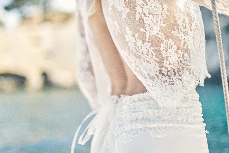 Détail du dos d'une mariée sur un voilier dans les calanques de Cassis