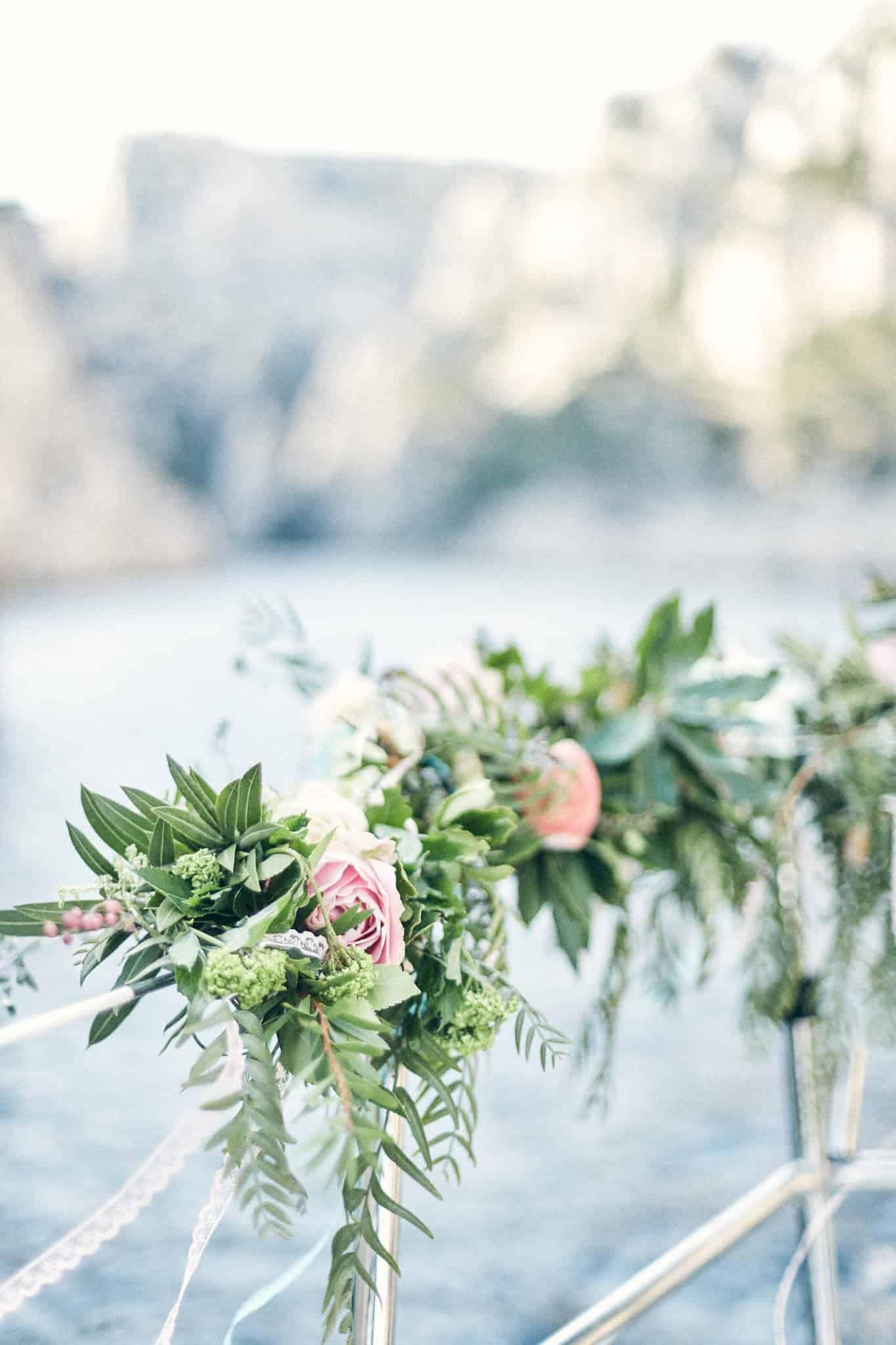 Bouquet de fleur sur un voilier dans les calanques de Cassis