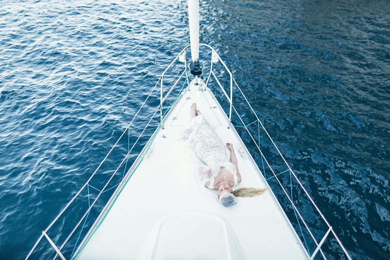 Mariée sur un voilier dans les calanques de Cassis