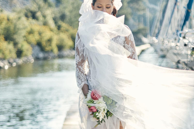 Mariée avec son bouquet dans les calanques de Cassis