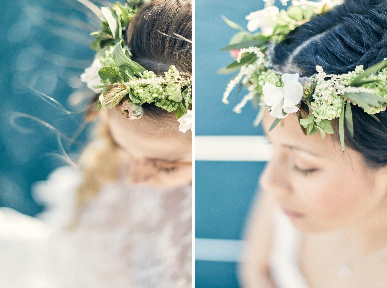 Détail couronnes de fleur sur les mariés sur un voilier dans les calanques de Cassis
