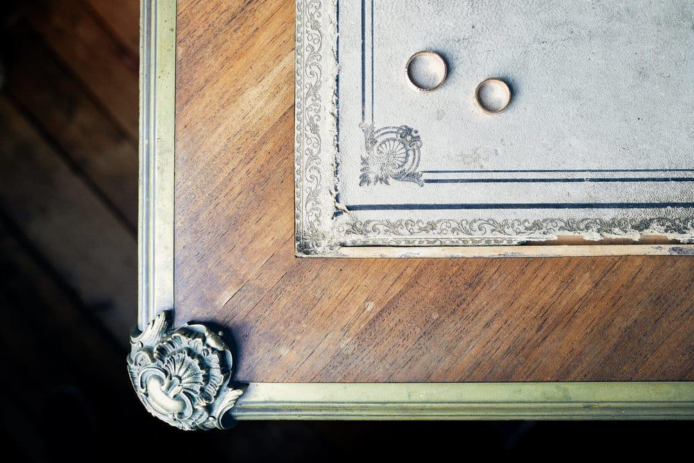 Photo d'alliances sur une table lors du mariage au Château de Salvanet