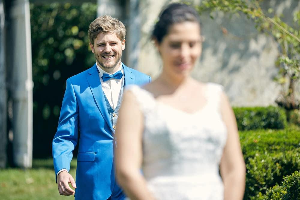 La mariée attends avec impatience de découvrir son mari