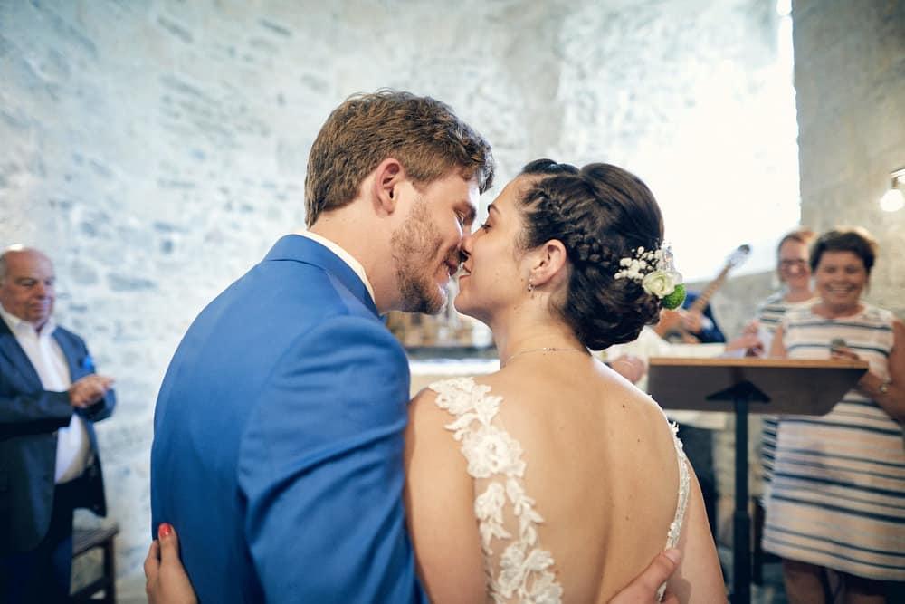 Embrassade des mariés dans l'église
