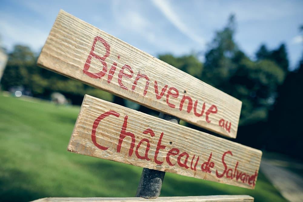 Panneau de bienvenue au Château de Salvanet
