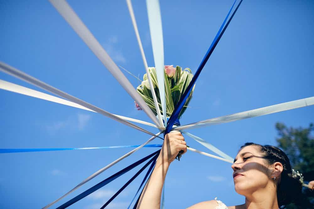 Lancer de bouquet original. Focus sur la mariée et le bouquet