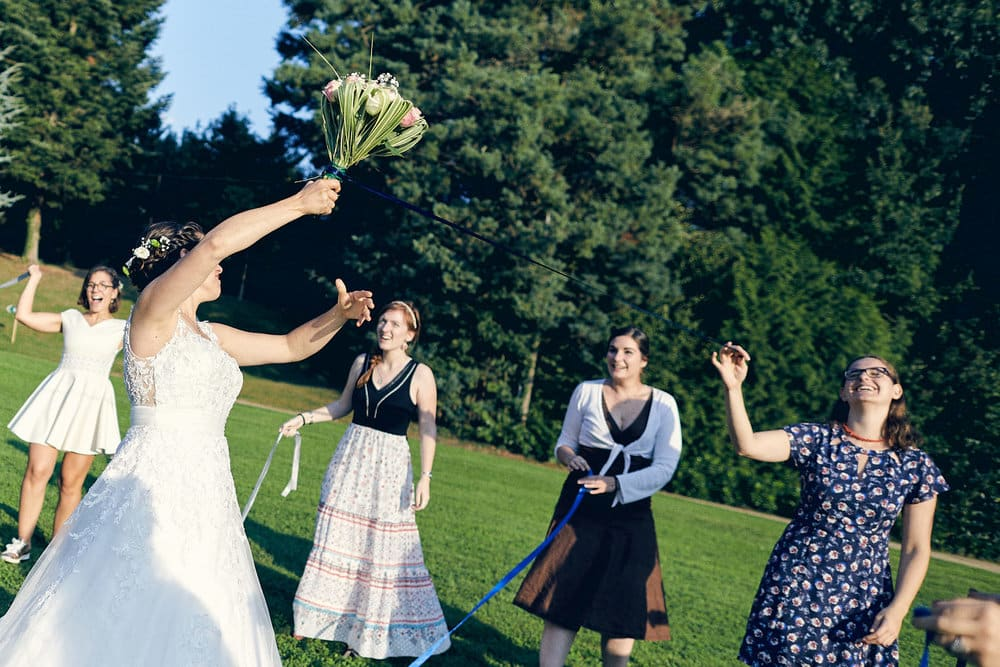 Une invité gagne le bouquet de la mariée