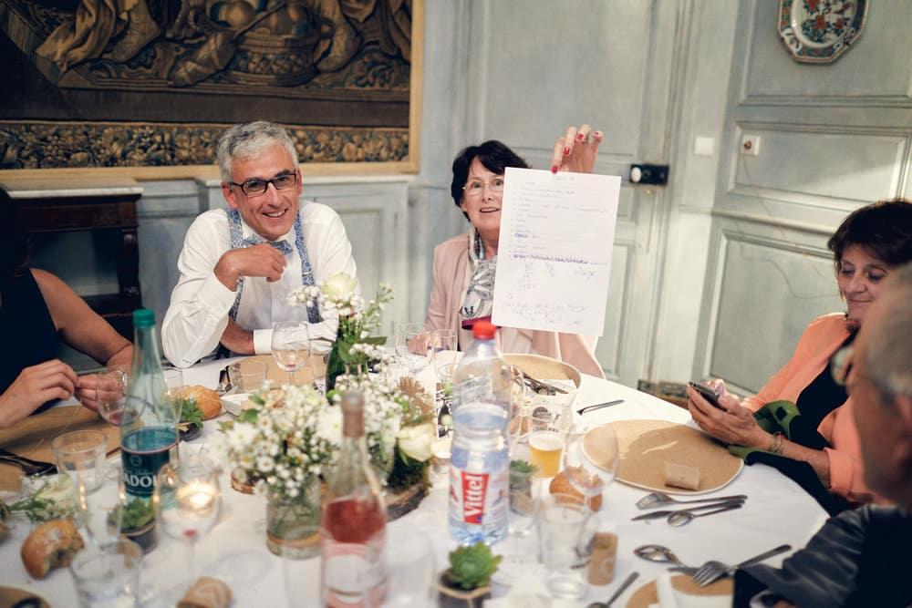 Amusement des invités pendant le repas