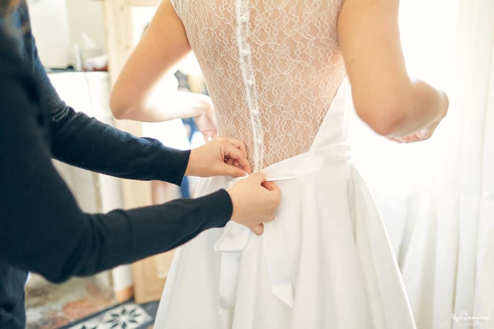 Enfilage de la robe de mariée à Saint-Emilion à proximité du Château Saint-Georges